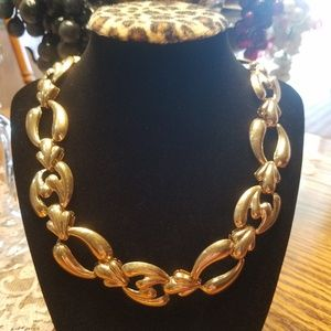 Jewelry - Vintage Goldtone Rich-look Necklace
